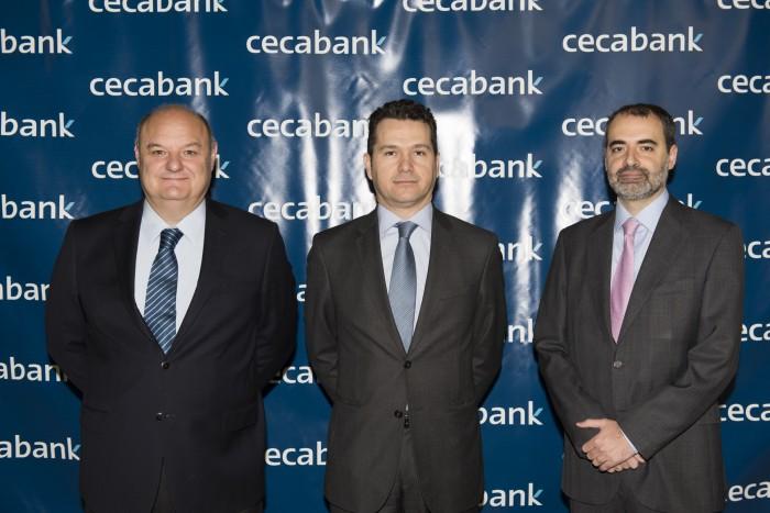 El Director de Mercados de la ESMA, Rodrigo Buenaventura, junto al Director General de Cecabank, José María Méndez y al Director Adjunto del Área Asociativa, Antonio Romero, en la II Jornada de Securities Services de Cecabank